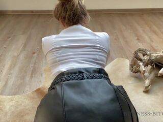 Anal surprise pour blonde en cuir